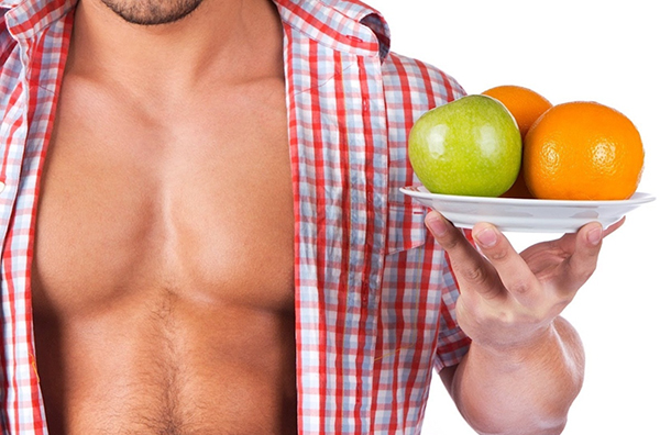 Мужчина с фруктами в руках