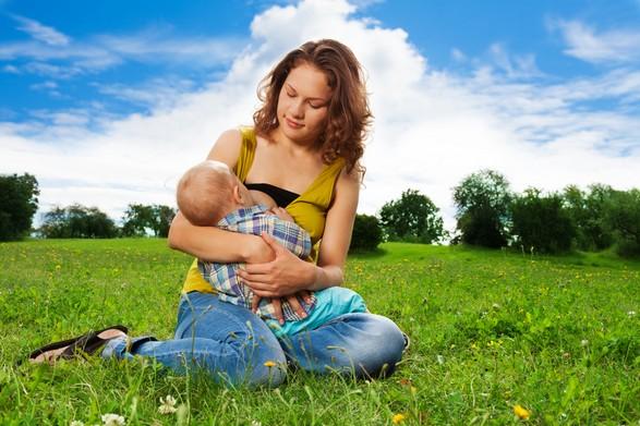 Мама кормит малыша на травке