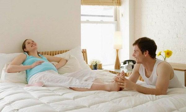 Муж массирует ноги беременной