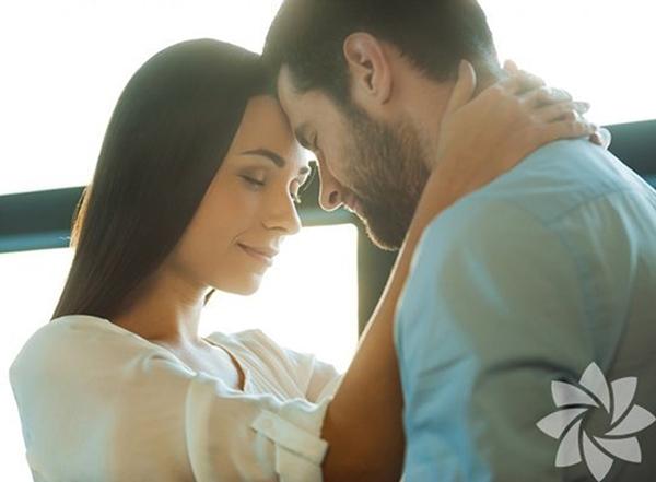 Обнявшиеся мужчина и женщина