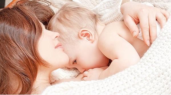 Лежащая мама с малышом