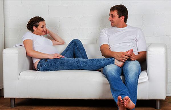 Будущие мама и папа на диване