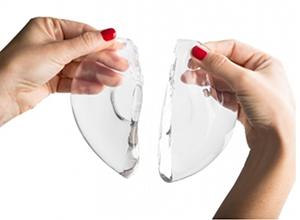 Женщина держит разорванный имплант