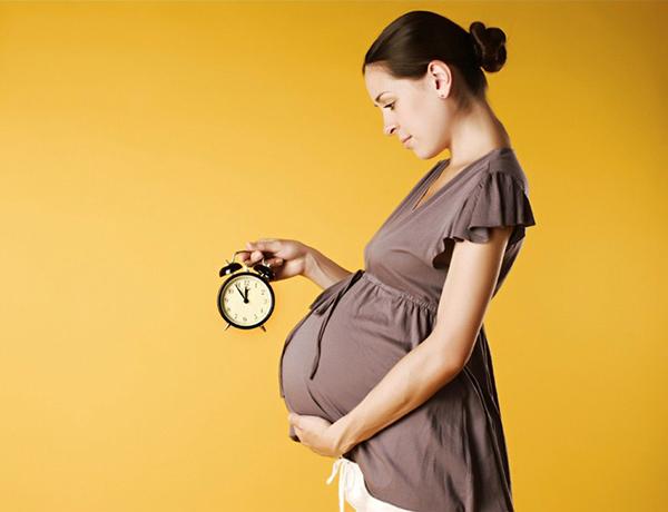 Беременная с часами
