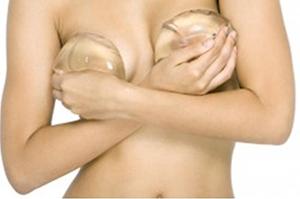Женщина с грудными имплантами