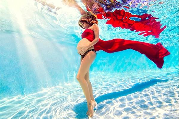 Беременная под водой