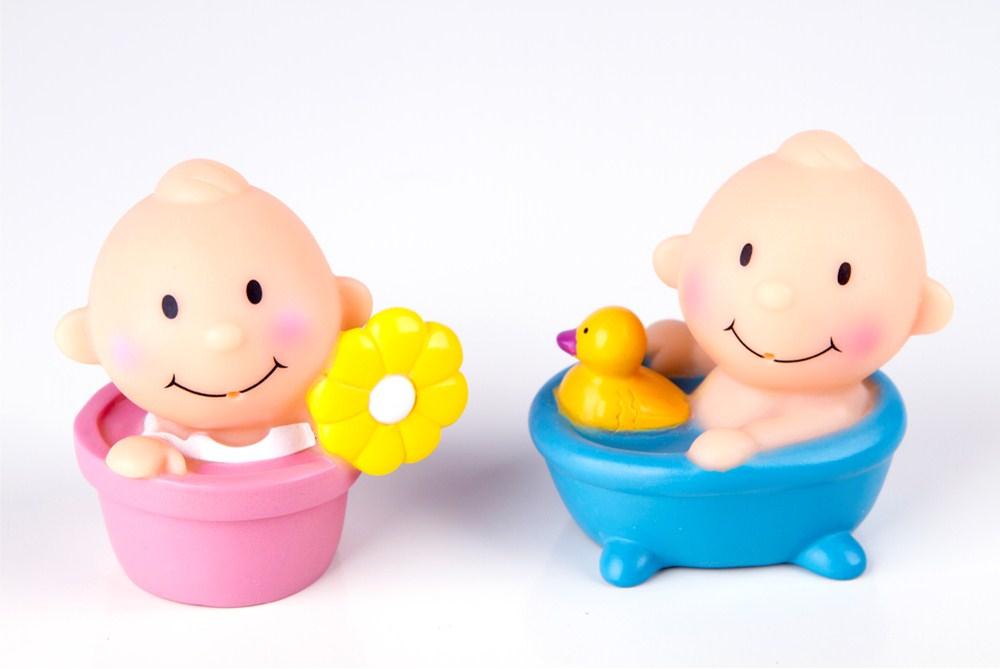 Игрушечные мальчик и девочка в ванне